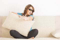 Kvinna som håller ögonen på TV:N 3D i exponeringsglas Royaltyfria Bilder