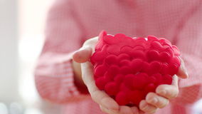 Kvinna som håller hjärta i henne händer lager videofilmer