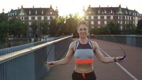 Kvinna som hoppar over på bron stock video