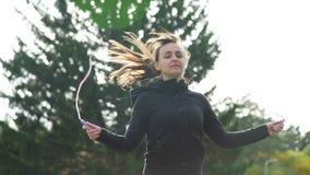 Kvinna som hoppar på överhopprepet Närbild lager videofilmer