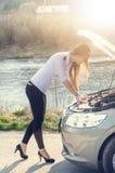 Kvinna som huka sig ned på vägen Ledsen person skadlig bil Naturlig bakgrund den isolerade bilillustrationen för olyckan 3d framf Royaltyfri Bild