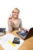 Kvinna som i regeringsställning arbetar med bärbar datordatoren Arkivbild
