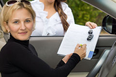 Kvinna som inhandlar en ny bil royaltyfri fotografi