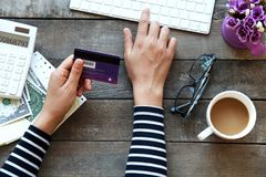 Kvinna som inomhus använder tangentbordet och kreditkorten Royaltyfria Foton