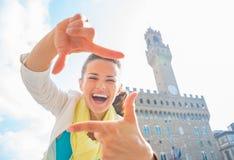 Kvinna som inramar med händer i florence, Italien Royaltyfri Fotografi
