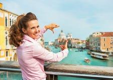 Kvinna som inramar med händer i venice, Italien Royaltyfri Fotografi