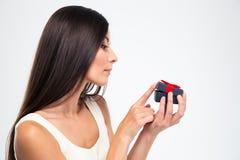 Kvinna som jewerly öppnar gåvaasken Royaltyfria Bilder