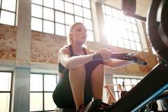 Kvinna som joggar på trampkvarnen Arkivbild