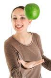 Kvinna som jonglerar med det gröna äpplet Arkivfoton