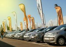 Kvinna som köper den nya bilen för den Volkswagen återförsäljaren royaltyfri foto
