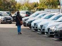 Kvinna som köper den nya bilen på det utomhus- lagret för shoppingbilar royaltyfria bilder