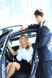 Kvinna som köper en ny bil Royaltyfria Bilder