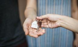 Kvinna som köper ett nytt hus fotografering för bildbyråer