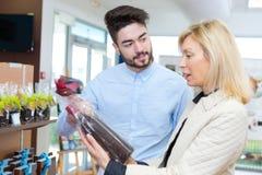 Kvinna som köper läckra choklader royaltyfri fotografi