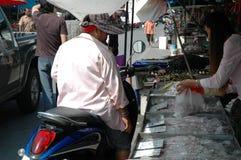 Kvinna som köper ny skaldjur Arkivfoto
