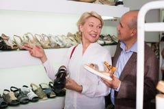 Kvinna som köper tillfälliga skor arkivbilder