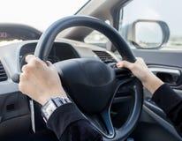Kvinna som kör bilen arkivbild