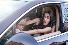 Kvinna som kör bilen i tung trafikstockning royaltyfria bilder