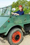 Kvinna som kör en lastbil Royaltyfri Bild