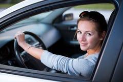 Kvinna som kör henne ny bil arkivbild