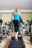 Kvinna som kör på treadmillen Royaltyfria Foton