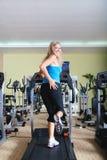 Kvinna som kör på treadmillen Fotografering för Bildbyråer