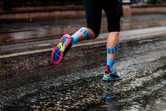 Kvinna som kör stads- maraton Arkivfoton