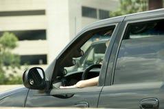 Kvinna som kör SUV Arkivbild