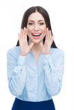 Kvinna som kallar med händer nära henne munnen Royaltyfri Bild