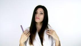 Kvinna som kammar hår som försöker att se härligt stock video