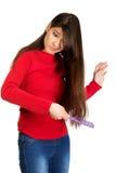 Kvinna som kammar hennes tilltrasslade hår Royaltyfri Bild