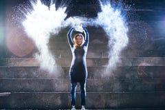 Kvinna som kastar vitt pulver Arkivfoton