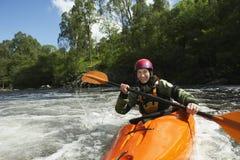 Kvinna som kayaking i floden Fotografering för Bildbyråer