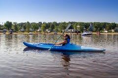 Kvinna som kayaking på en lugna sjö Royaltyfri Foto