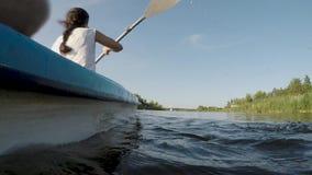 Kvinna som kayaking på floden på en solig dag arkivfilmer