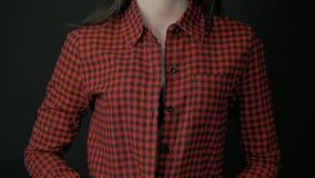 Kvinna som klär av skjortan och visar behån lager videofilmer