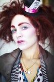 Kvinna som kläs som den tokiga hatteren Arkivbild