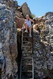 Kvinna som klättrar en stege Royaltyfri Foto