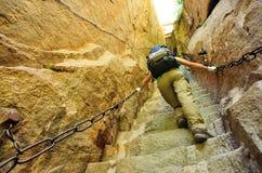 Kvinna som klättrar tusentalsmoment på Mount Hua Royaltyfria Bilder