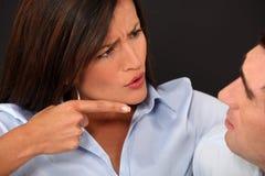 Kvinna som klandrar henne maka Arkivfoto