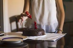 Kvinna som klipper en födelsedagkaka royaltyfri foto