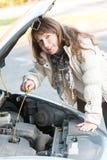 Kvinna som kontrollerar den olje- nivån Royaltyfri Fotografi