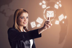 Kvinna som kontrollerar hennes email arkivfoto
