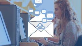 Kvinna som kontrollerar hennes emails arkivfilmer