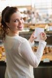 Kvinna som kontrollerar hennes shoppinglista fotografering för bildbyråer