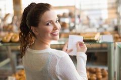 Kvinna som kontrollerar hennes shoppinglista royaltyfri fotografi
