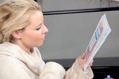 Kvinna som kontrollerar matingredienser Fotografering för Bildbyråer