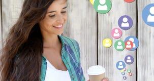 Kvinna som kontrollerar på hennes sociala massmediakonto, medan dricka kaffe 4k royaltyfri illustrationer