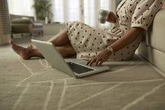 Kvinna som kontrollerar socialt massmedia royaltyfria bilder