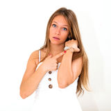 Kvinna som kontrollerar tiden Royaltyfri Foto